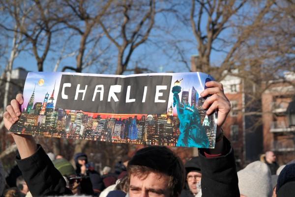 Je suis Charlie JeSuisCharlie Charlie Hebdo hommage reccueillement Washingtown Square New York NYC statue de la liberte France