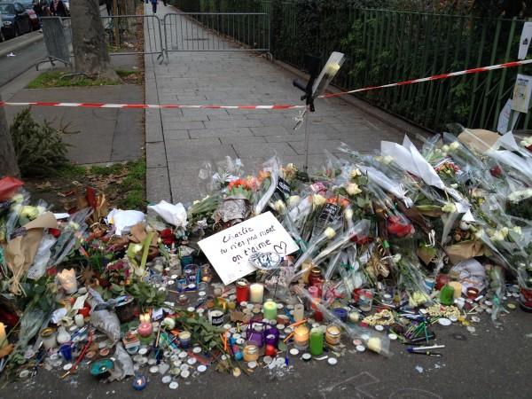 Je suis Charlie JeSuisCharlie JeSuisAhmed CHarlie Hebdo hommage reccueillement paris police GIGN RAID