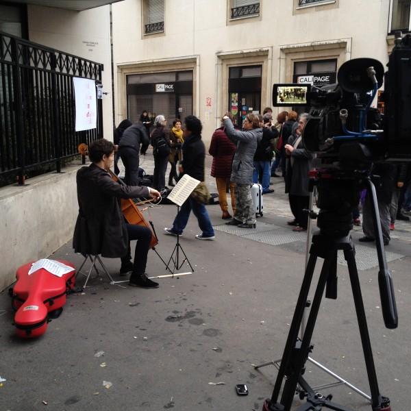 Je suis Charlie JeSuisCharlie siège CHarlie Hebdo hommage reccueillement paris violoncelle musique