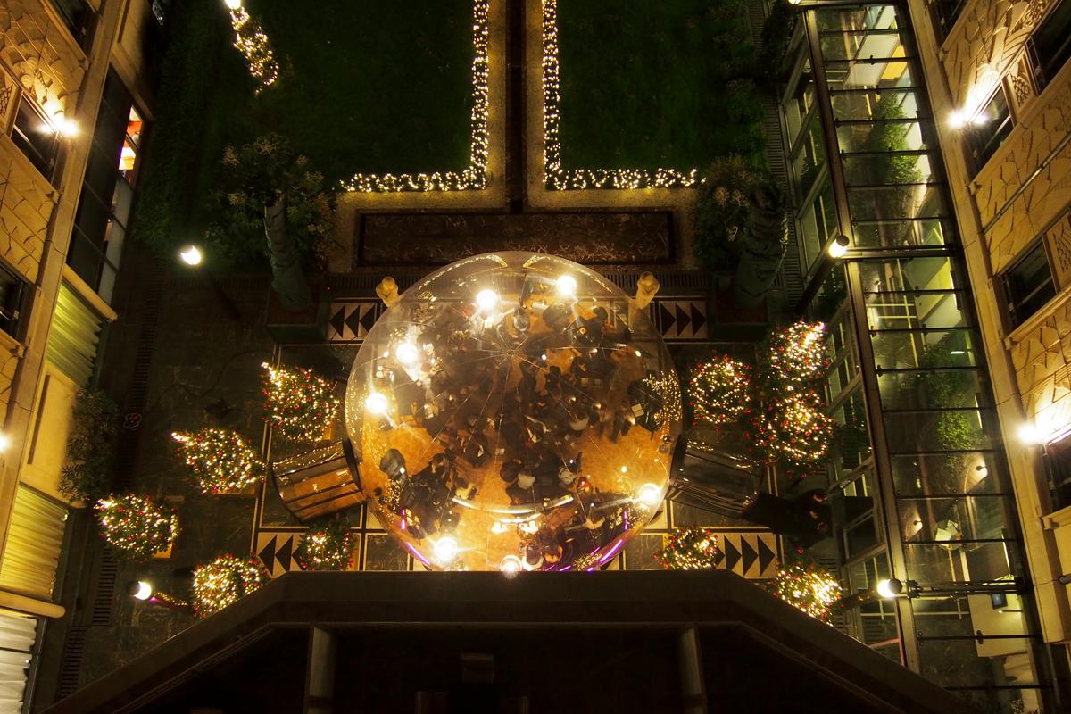 Vue-plongeante-sur-la-bulle-de-l-hotel-du-collectionneur-paris-arc-de-triomple-5-étoiles-bar-éphémère-patio-andalou-photo-by-United-States-of-Paris-blog