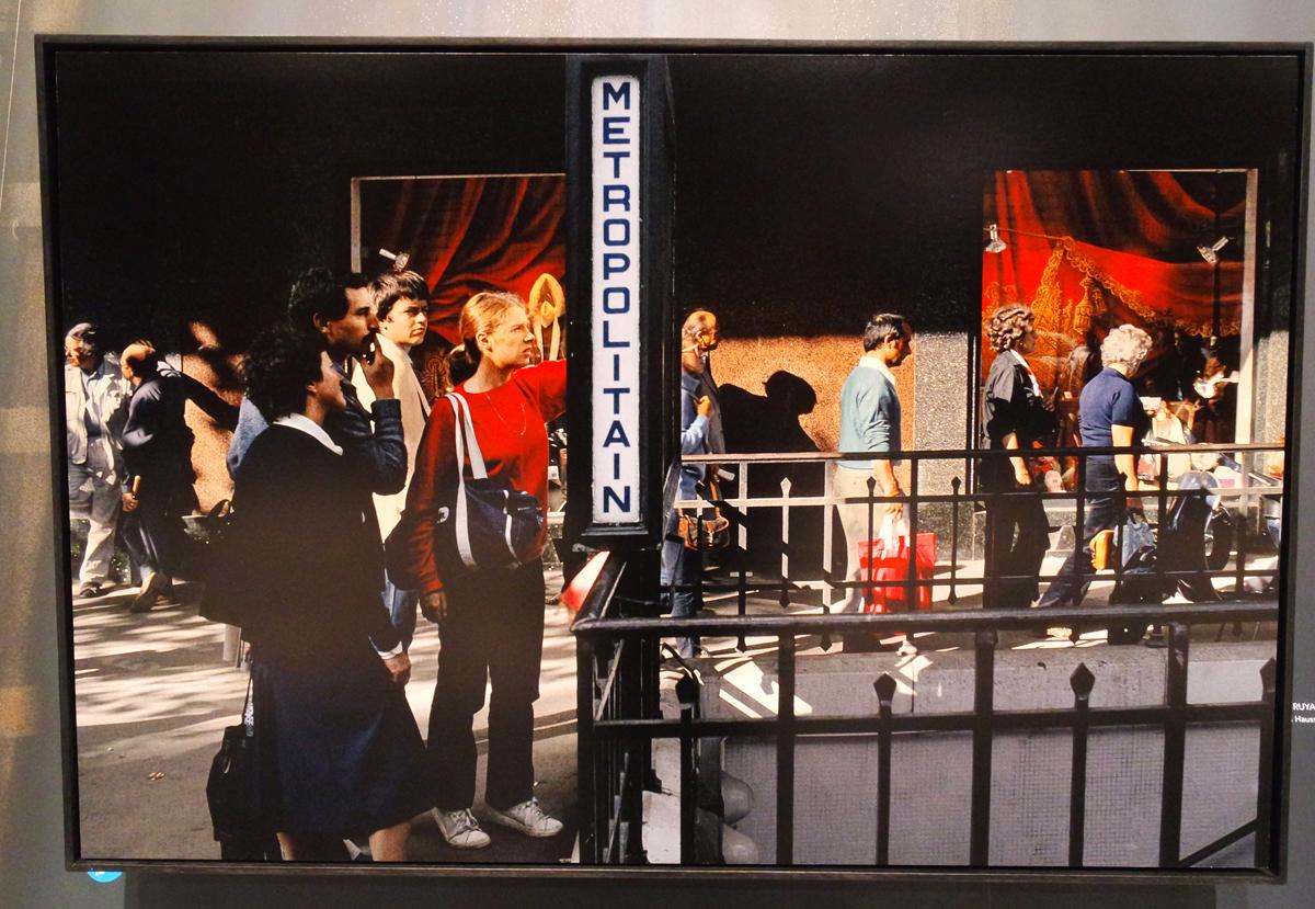 Photographie Boulevard Haussmann 1985 Métropolitan by Harry Gruyaert photographe exposition Paris Magnum agence Hotel de ville