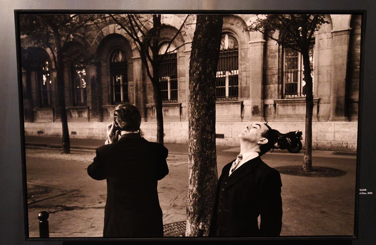 Photographie-Devant-l-Hotel-Dieu-2000-by-Richard-Kalvar-photographe-exposition-Paris-Magnum-la-capitale-par-les-plus-grands-photoreporters-expo-Hotel-de-ville