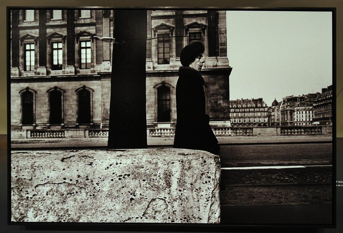 Photographie Musée du Louvre 1975 by Josef Koudelka phtographe exposition Paris Magnum la capitale par les plus grands photoreporters
