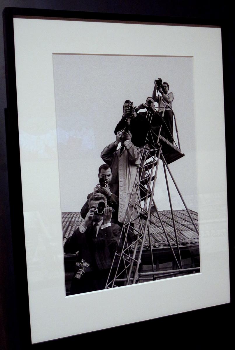 Photographie-Reporters-lors-du-sommet-Est-Ouest-Eisenhower-Macmillan-De-Gaulle-1960-by-Erich-Lessing-exposition-Paris-Magnum-agence-la-capitale-par-les-plus-grands-photoreporters-Hotel-de-Ville