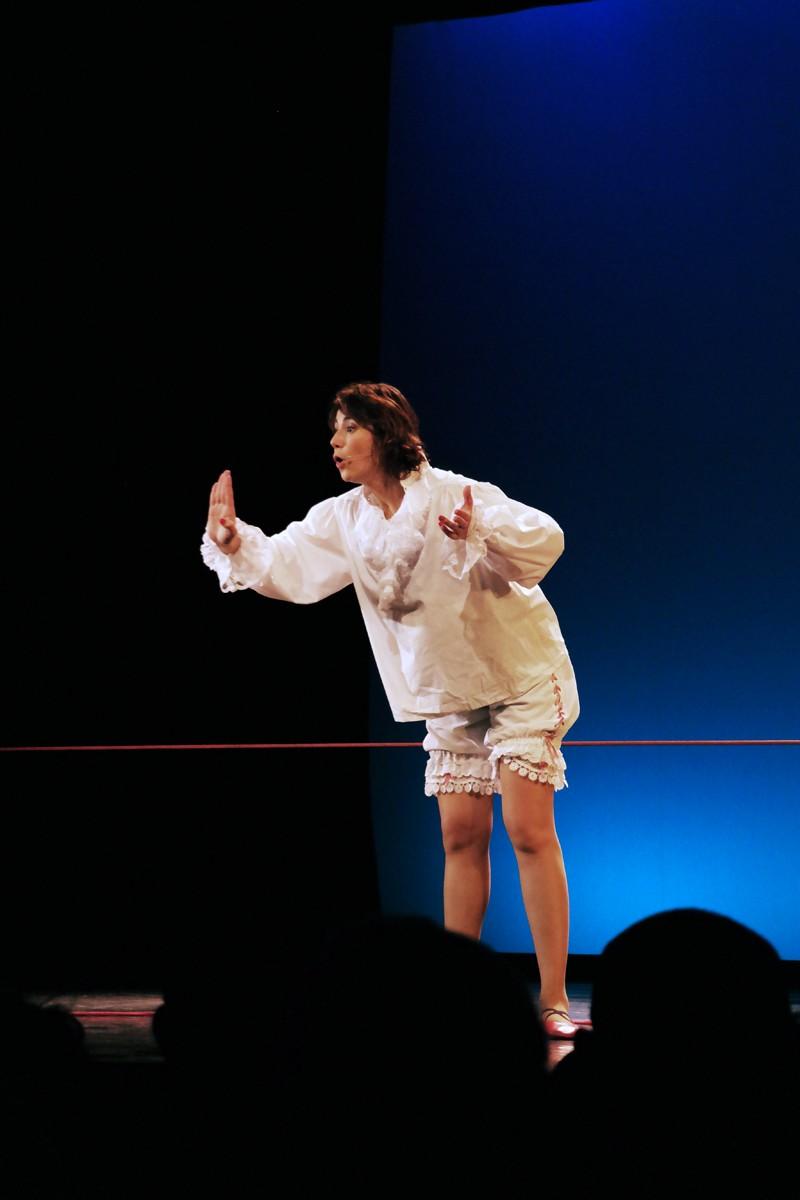 Virginie Hocq sur le fil scène nouveau spectacle Théâtre de Paris humour humoriste photo by United States of Paris blog
