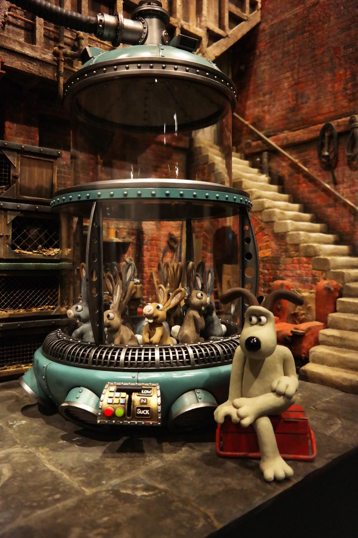 Aardman-Animations-exposition-paris-sous-sol-de-Wallace-et-and-Gromit-bassement-original-set-The-Curse-of-the-Were-Rabbit-Musée-Art-Ludique-dog-and-rabbit
