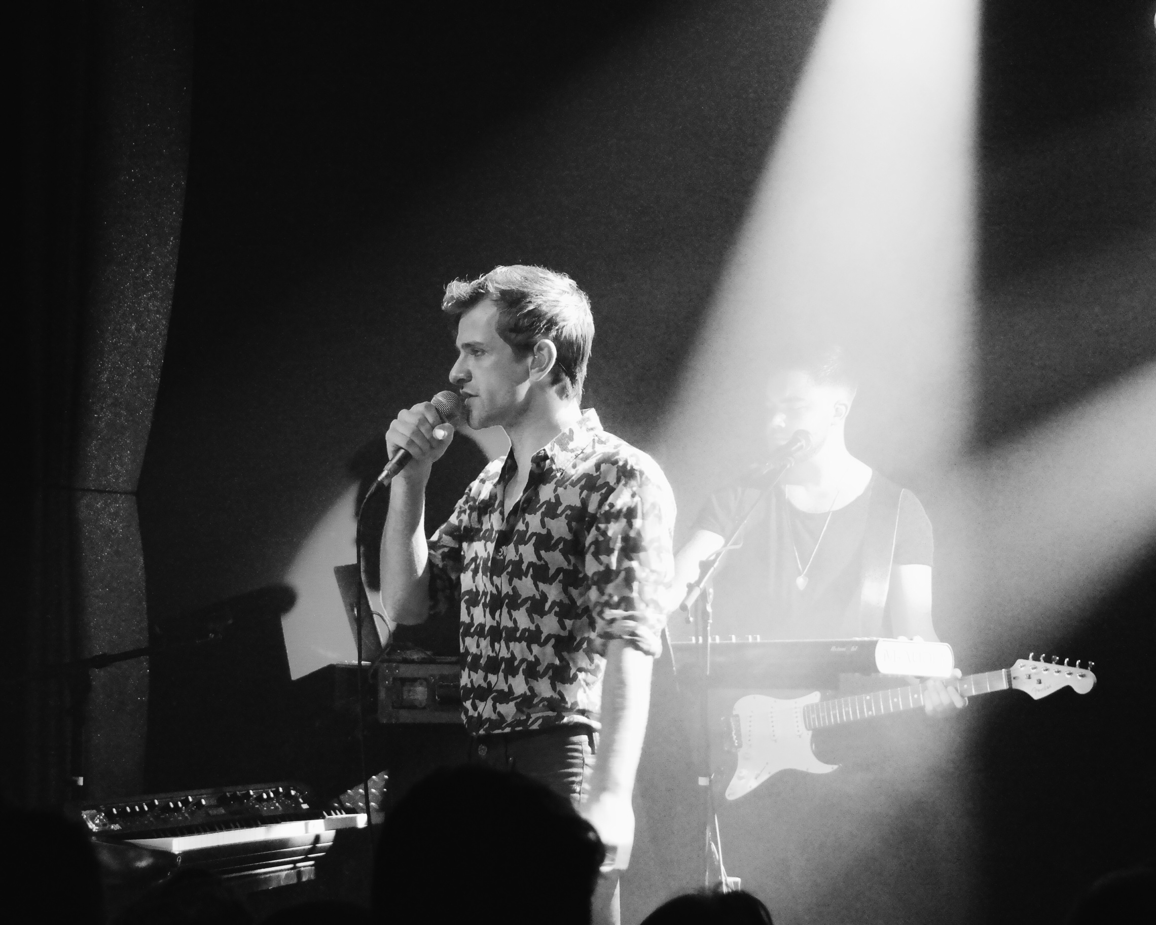 Josef Salvat singer Diamonds Hustler concert live Les Etoiles Paris music tour photo stage by United States of Paris blog