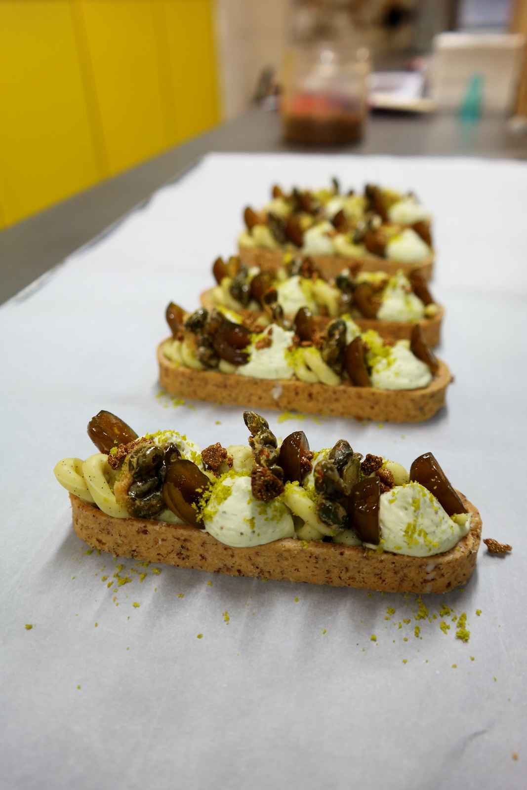 Barlette pistache olive L Eclair de Génie La Fabrique Christophe Adam recette crème mascarpone pignons grillés chantilly spéculos photo by United States of Paris Blog