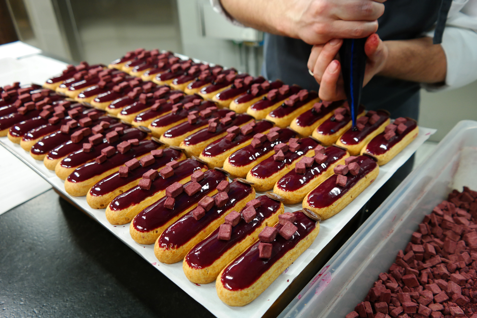 Eclair-cassis-L-Eclair-de-Génie-La-Fabrique-Christophe-Adam-atelier-réalisation-patisseries-desserts-photo-by-United-States-of-Paris-blog