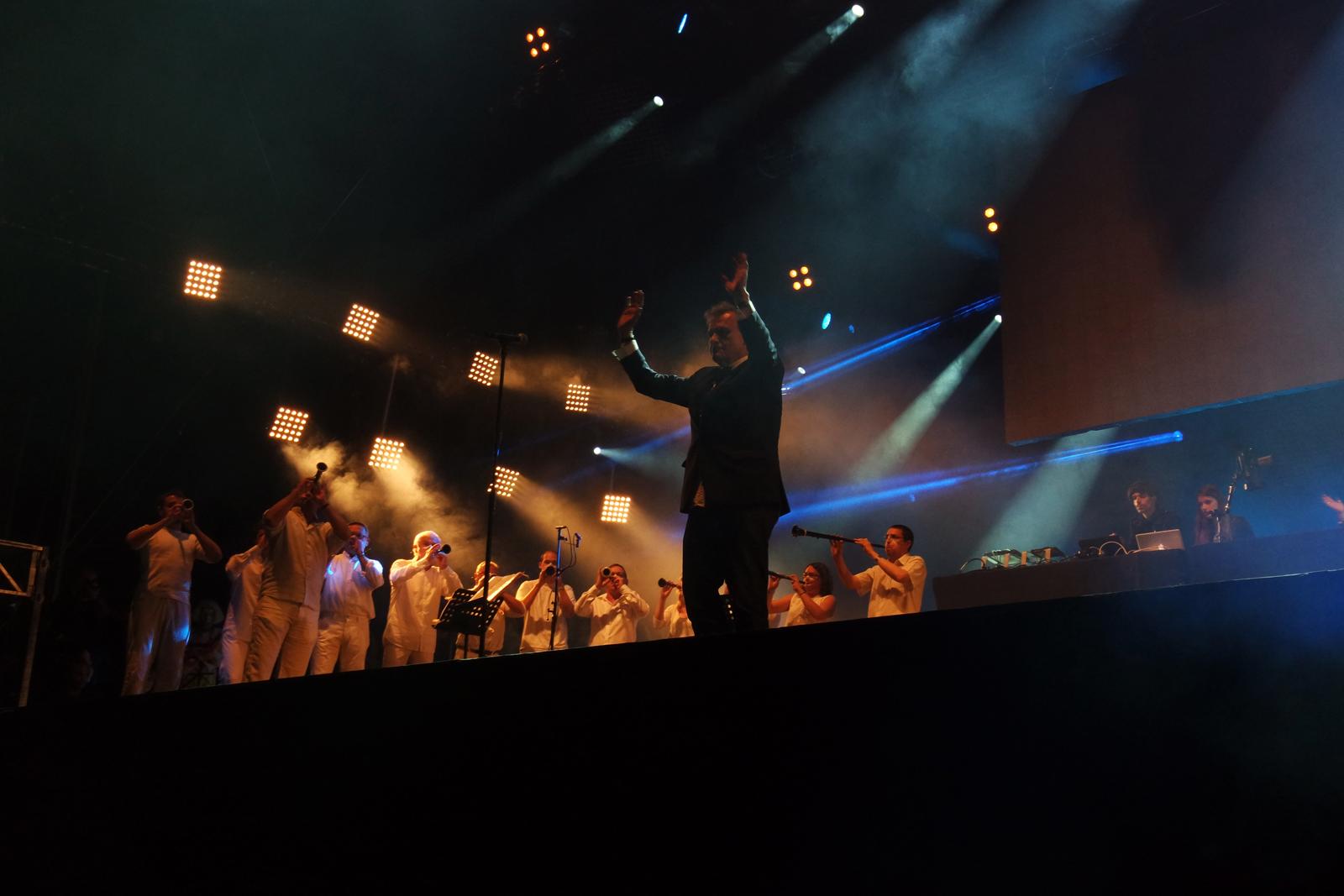Jean-Charles-de-Castelbajac-JCDC-Mr-Nô-Fantômes-création-mode-et-musique-Art-Rock-festival-avec-le-Bagad-de-Saint-Brieuc-festival-2015-scène-photo-by-united-states-of-paris-blog