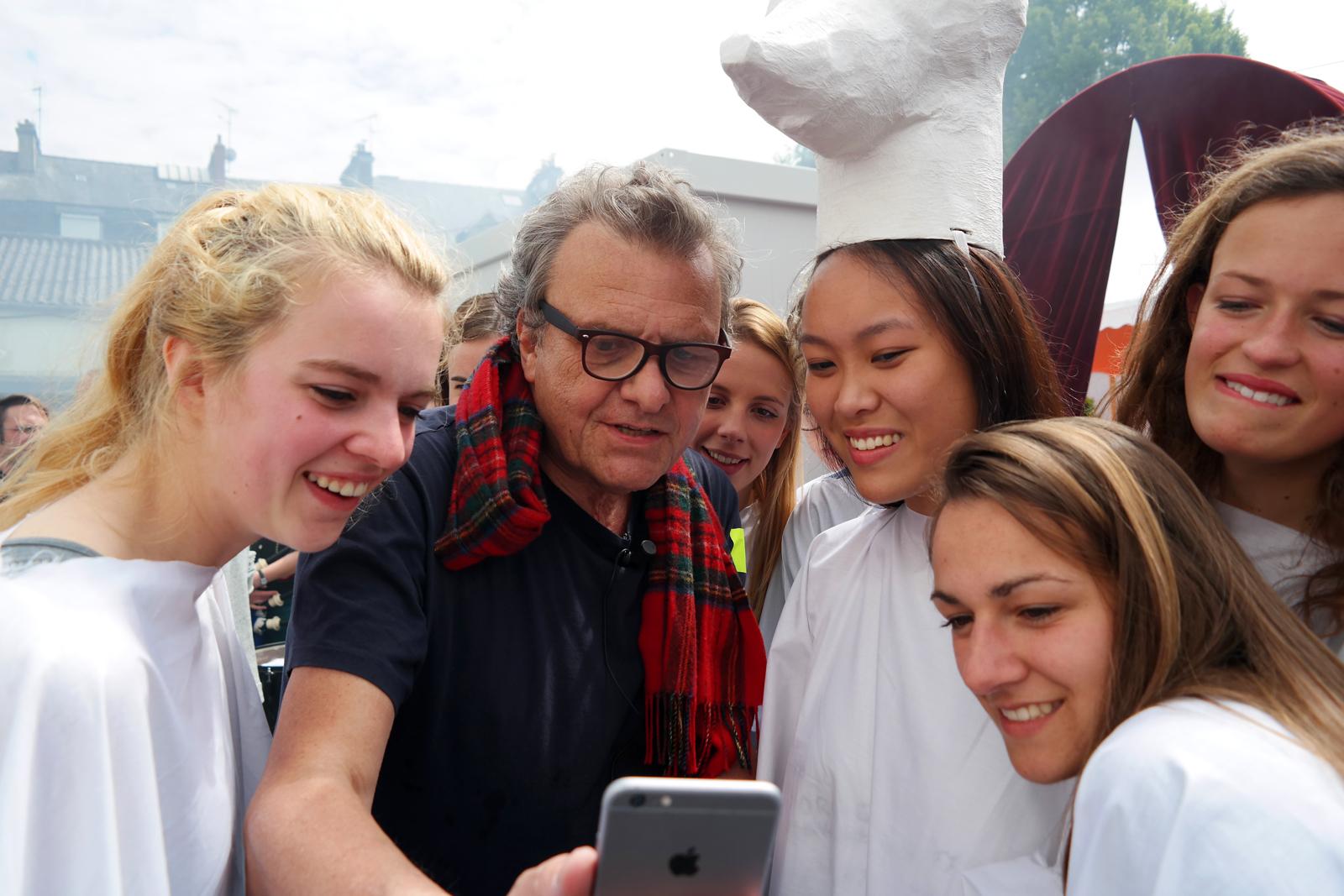 Jean-Charles-de-Castelbajac-JCDC-couturier-avec-ses-mannequins-création-mode-musique-Fantomes-Mr-No-Art-Rock-2015-festival-Saint-Brieuc-photo-coulisses-by-United-States-of-Paris-blog