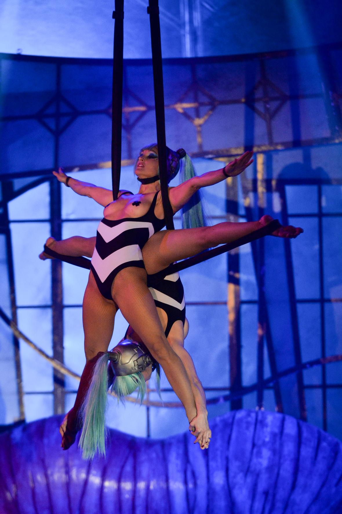Supernenas The Hole Cabaret Casino de Paris janvier 2016 duo de voltigeuses sexy Arantxa Fernandez Monica RIba spectacle cirque interdit aux moins de 12 ans