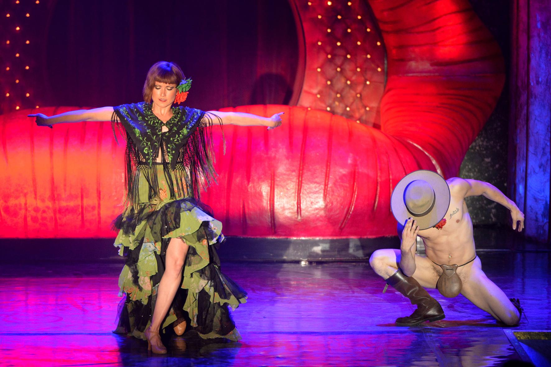 The Hole Cabaret Casino de Paris janvier 2016 duo danseurs flamenco et castagnettes spectacle cirque Pony Loco Nacho Sanchez humour sexy strip tease homme