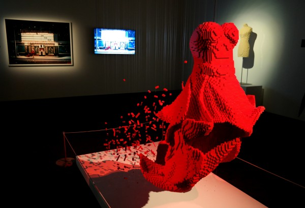 The art of the Brick  Nathan Sawaya art création briques lego critique avis Dress photo by United States of Paris