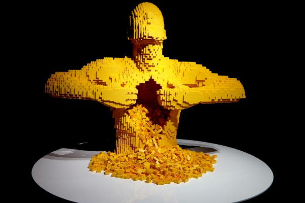 The art of the Brick  Nathan Sawaya art création yellow briques lego critique avis photo by United States of Paris