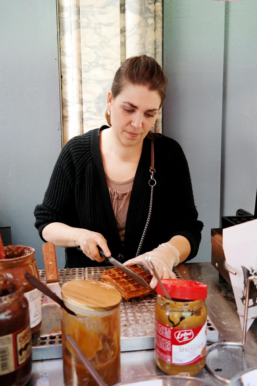 Ange-Macias-créatrice-concept-Les-Oublieurs-gaufre-d-antan-sucrée-salée-street-food-dessert-kiosque-gourmand-Printemps-Boulevard-Haussmann-photo-by-united-states-of-paris-blog