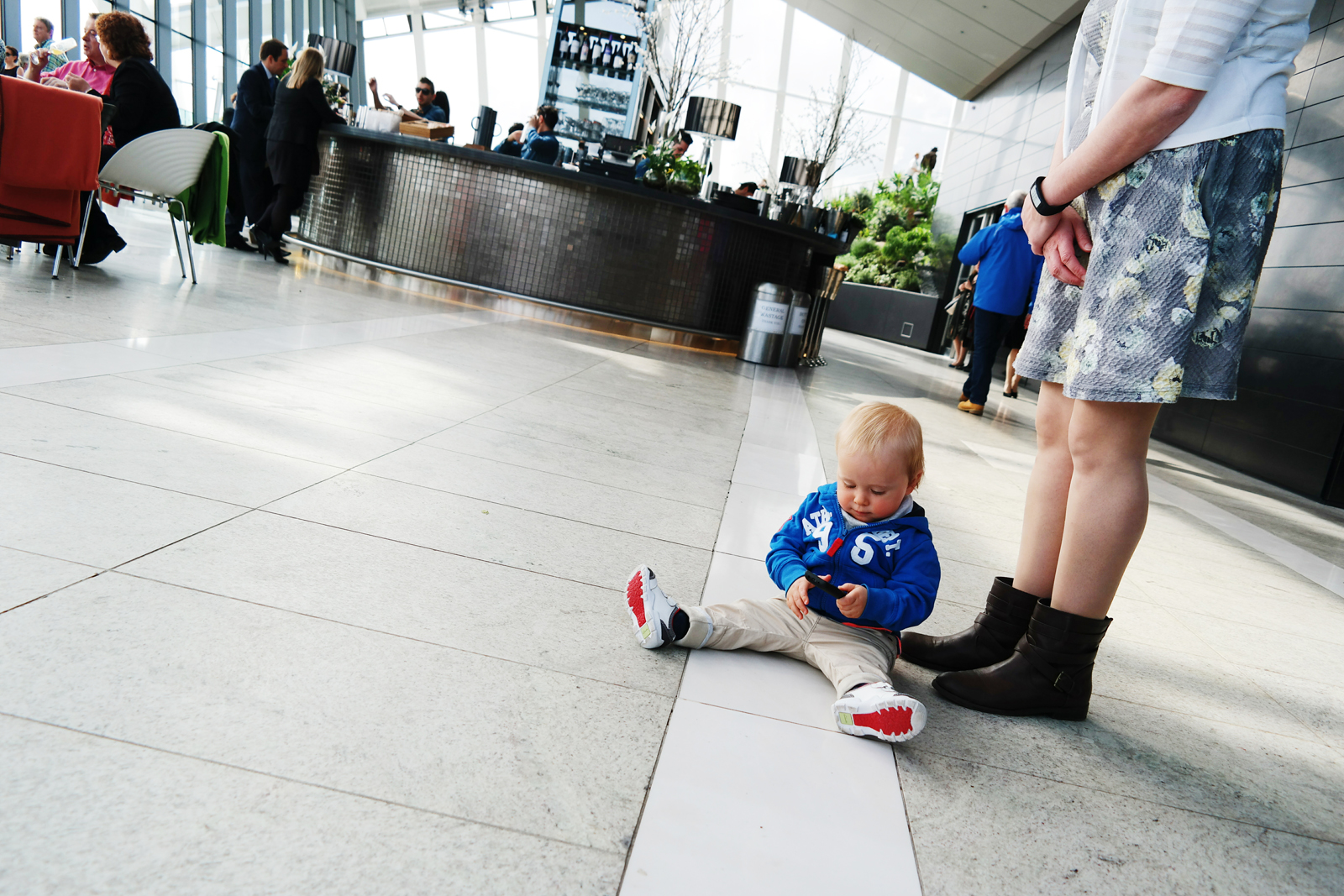 Baby-boy-sitting-on-the-floor-playing-with-cell-phone-The-Sky-Garden-Walkie-Talkie-Building-London-Londres-smartphone-samsung-photo-by-united-states-of-paris-blog