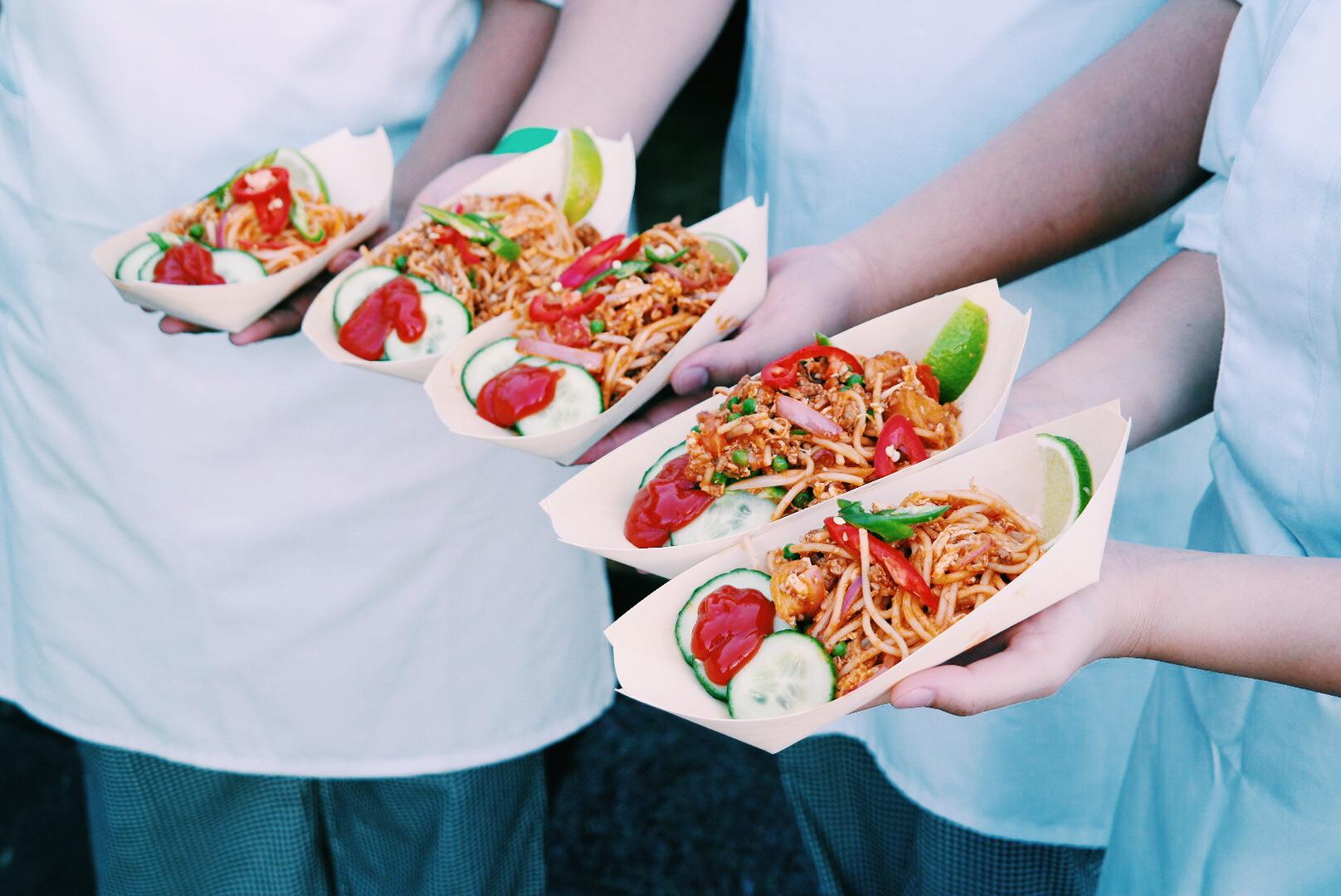 Indian-Mee-Goreng-nouilles-poêléées-à-lindienne-Saveurs-de-Singapour-en-France-sur-les-berges-de-Seine-Paris-street-food-spécialités-festival-juin-2015-photo-by-United-States-of-Paris-blog