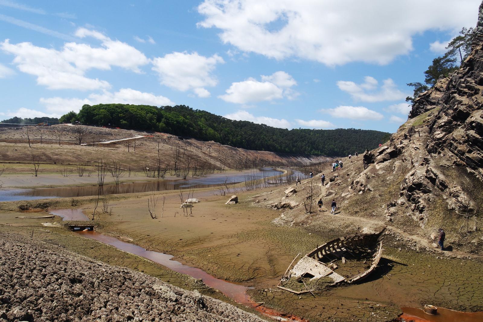 Lac-de-Guerledan-vidange-2015-barrage-vide-point-de-vue-panoramique-Anse-Rond-Point-du-Lac-mûr-de-Bretagne-épave-barque-tourisme-circuit-découverte-photo-by-blog-united-states-of-paris