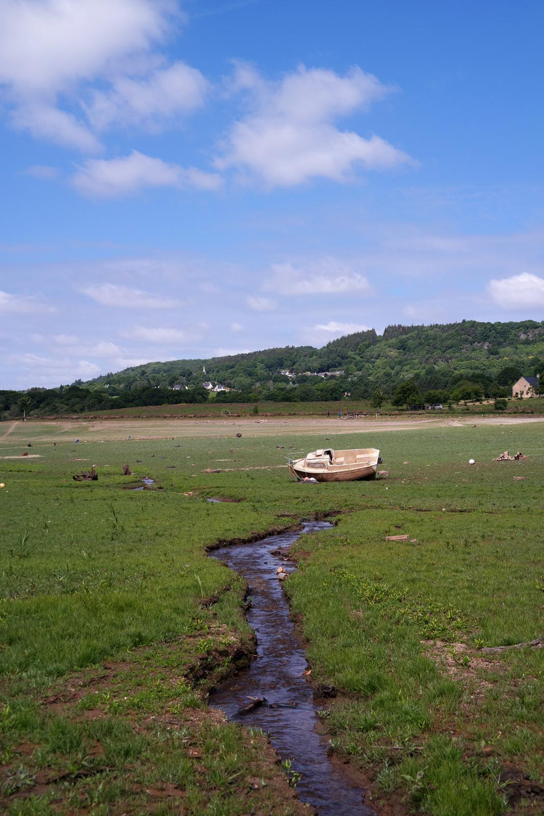 Lac-de-Guerledan-vidange-2015-barrage-vide-point-de-vue-panoramique-Landroanec-plage-bateau-abandonné-Bretagne-tourisme-circuit-découverte-photo-by-blog-united-states-of-paris