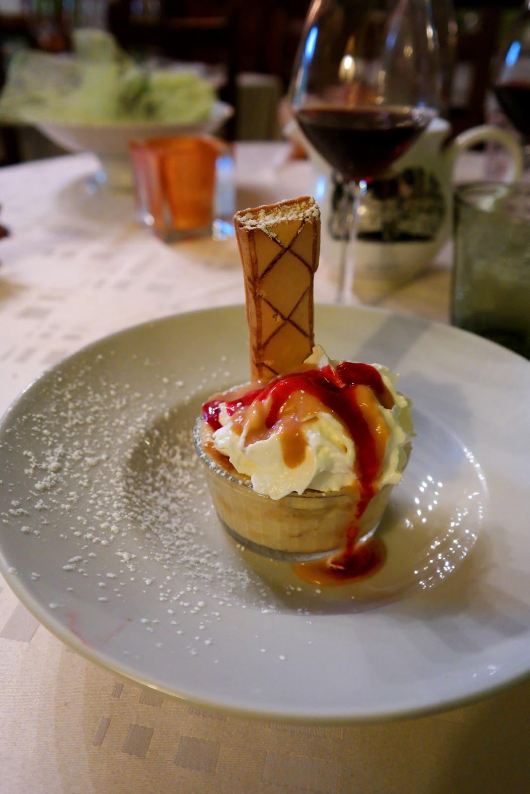 Pudding-breton-à-la-pêche-caramel-dessert-menu-du-jour-hôtel-restaurant-Jardins-Abbaye-de-Bon-Repos-Lac-de-Guerlédan-se-loger-bretagne-tourisme-vacances-photo-by-united-states-of-paris-blog
