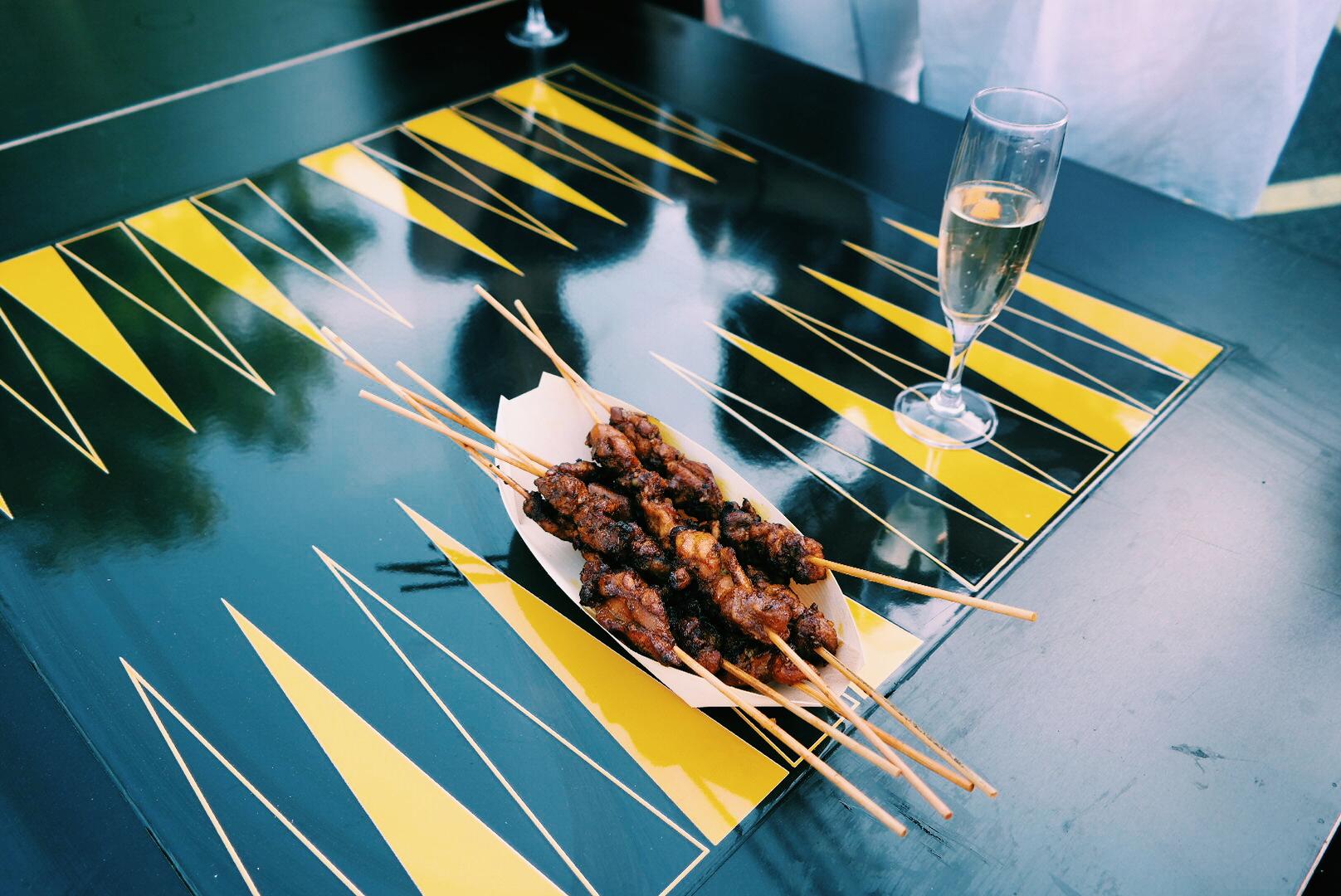 Satays-brochettes-de-viande-grillées-saveurs-de-Singapour-sur-les-berges-de-Seine-Paris-street-food-spécialités-Temasek-Polytechnic-juin-2015-photo-by-United-States-of-Paris-blog