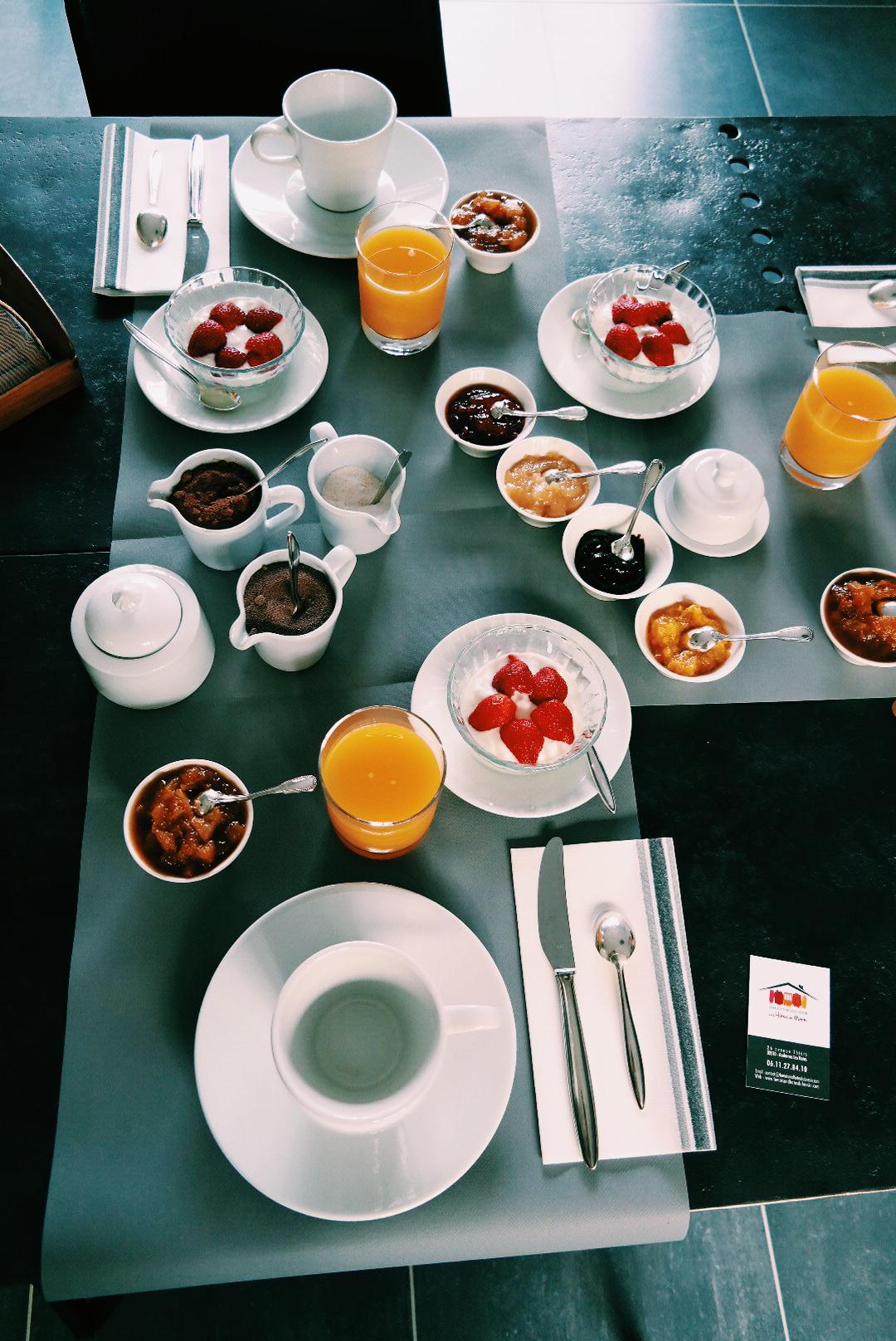 Table-petit-déjeuner-breakfast-Les-Hôtes-de-Marie-Grelaud-maison-d-hote-du-bassin-Arcachon-Andernos-les-bains-avenue-Thiers-se-loger-vraies-vacances-photo-by-united-states-of-paris-blog