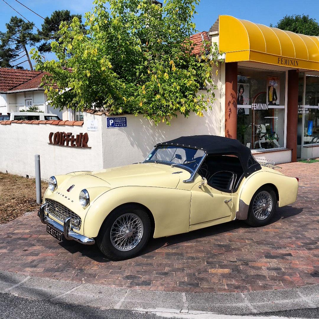 Triumph décapotable voiture rue Andernos Les Bains Bassin d Arcachon vraies vacances soleil summer vintage car street photography by united states of paris blog