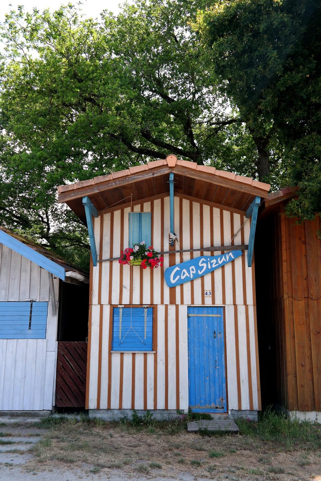 Cabane-colorée-en-bois-Cap-Sizun-Port-de-Biganos-Bassin-d-Arcachon-patrimoine-vraies-vacances-Landes-de-Gascogne-Gironde-tourisme-photo-by-united-states-of-paris-blog