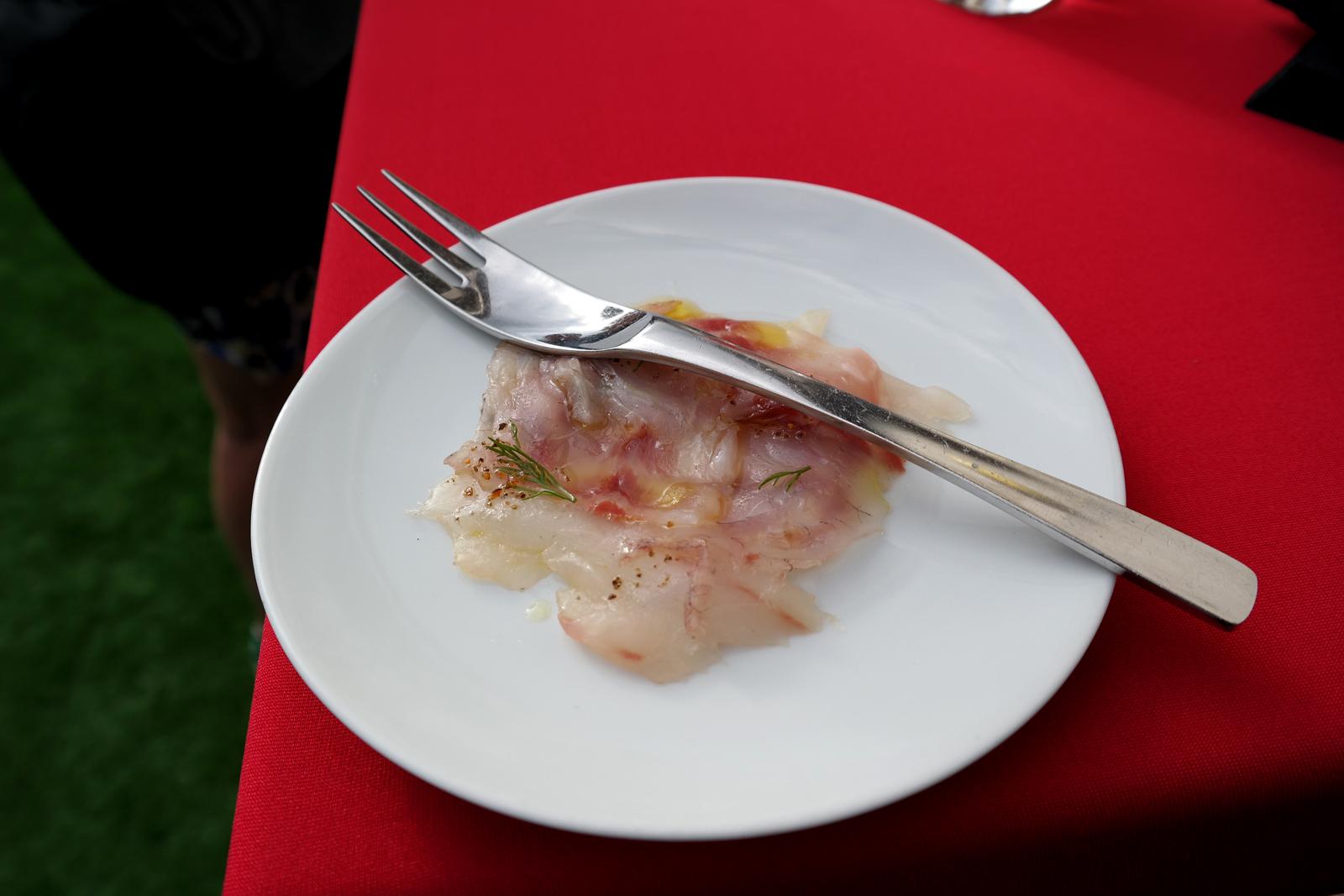 Carpaccio-de-bar-assaisonné-au-sel-de-caviar-carte-restaurant-Le-W-chef-Ludovic-Bonneville-Hôtel-Warwick-Champs-Elysées-rue-de-berri-photo-by-united-states-of-paris-blog