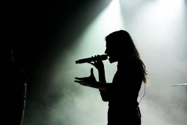 Christine-and-the-queens-concert-festival-fnaclive-2015-scène-stage-tournée-chaleur-humaine-live-photo-by-united-states-of-paris-blog