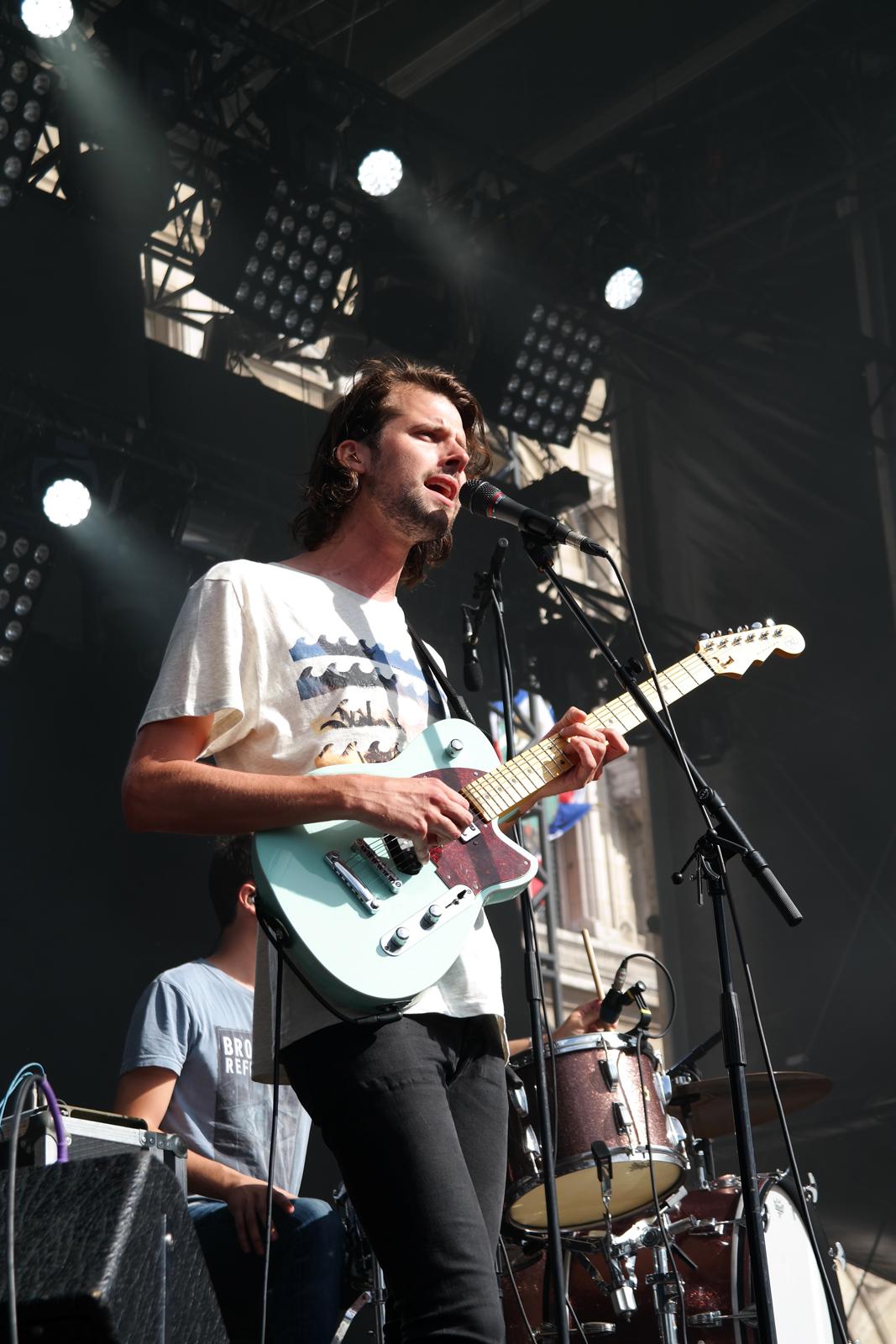 Dorian-chanteur-guitariste-groupe-Fuzeta-band-concert-fnaclive-festival-2015-musique-stage-Dive-EP-photo-scène-by-united-states-of-paris-blog