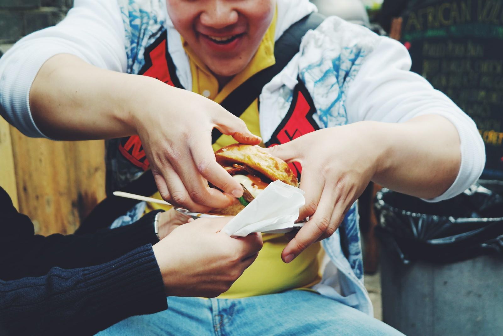 Food-addicts-African-Volcano-burger-recipe-beef-tomato-ketchup-peri-peri-sauce-sandwich-Maltby-Street-Market-Ropewalk-London-Bermondsey-marché-gourmand-Londres-by-usofparis-blog