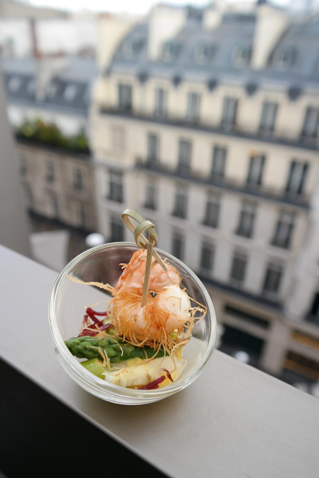 Langoustine-et-asperge-verte-et-blanche-en-vinaigrette-viande-des-grisons-carte-restaurant-Le-W-Ludovic-Bonnveille-Hôtel-Warwick-Champs-Elysées-photo-by-united-states-of-paris-blog