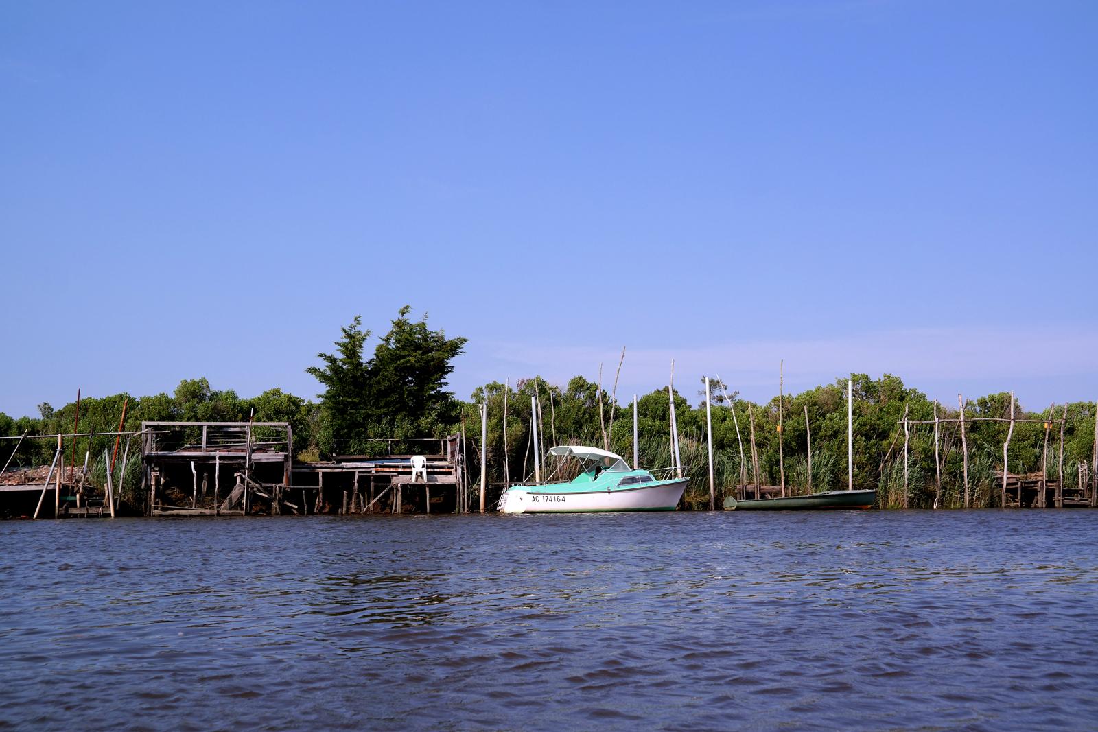 Parc-Naturel-Régional-des-Landes-de-Gascogne-barque-galupe-Lou-Bateleyre-balade-découverte-commentée-avec-batelier-Gascon-Bassin-d-Arcachon-rivière-eyre-Biganos-photo-by-usofparis-blog