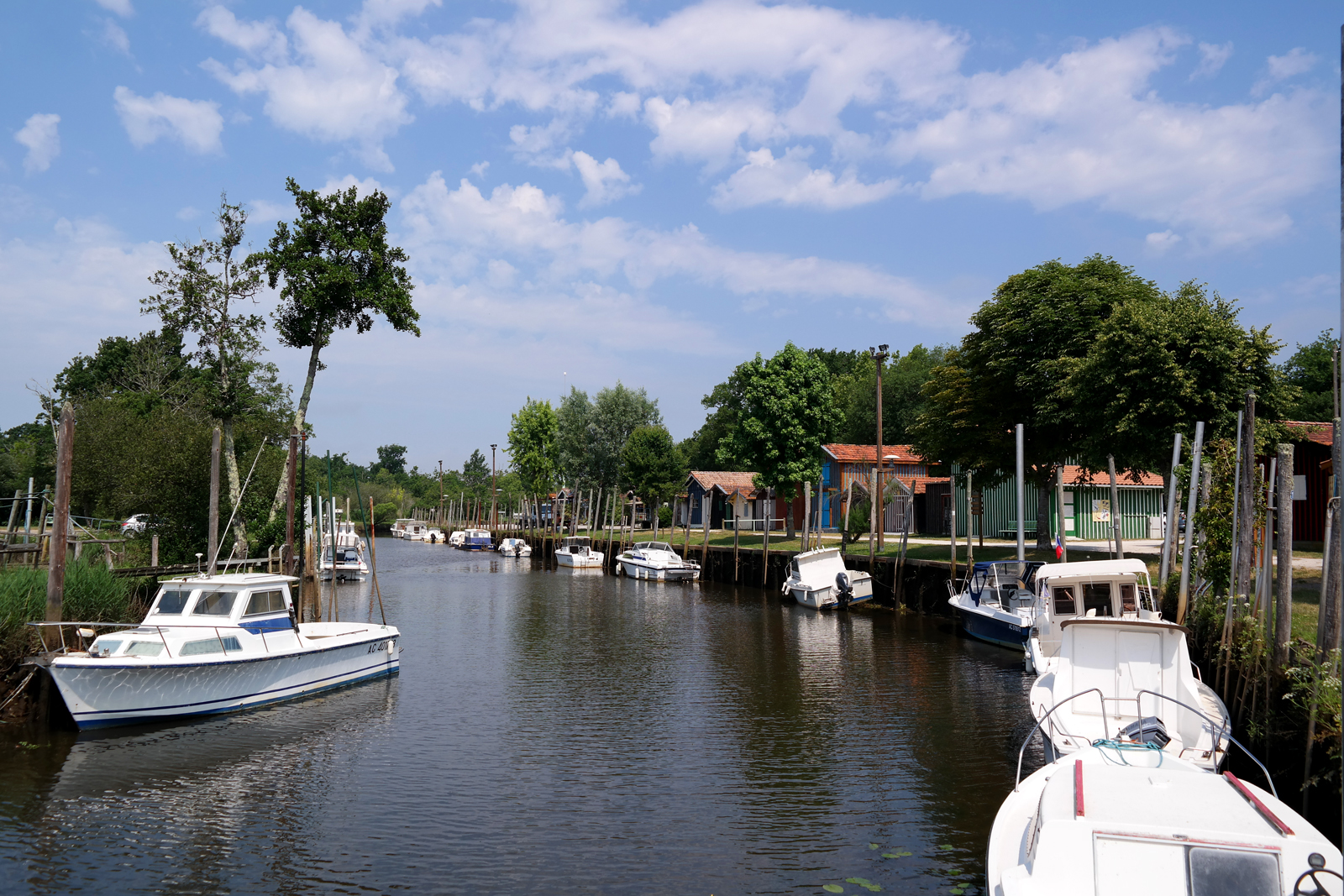 Port-de-Biganos-berges-bateaux-cabanes-colorées-en-bois-patrimoine-Bassin-d-Arcachon-vraies-vacances-tourisme-Landes-de-Gascogne-Gironde-photo-by-united-states-of-paris-blog