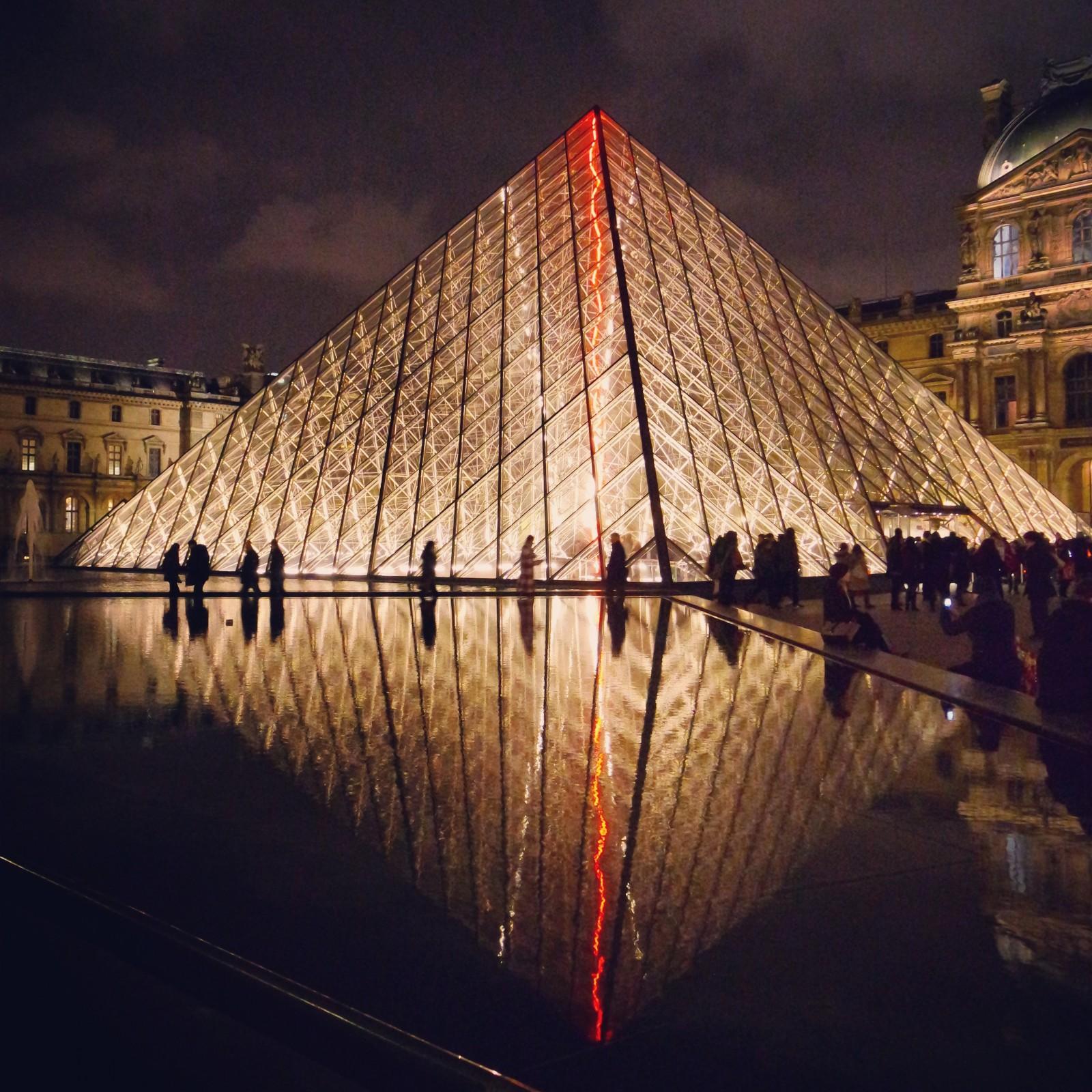 Pyramide Musée du Louvre de nuit Paris city by night monument photo united states of paris blog usofparis