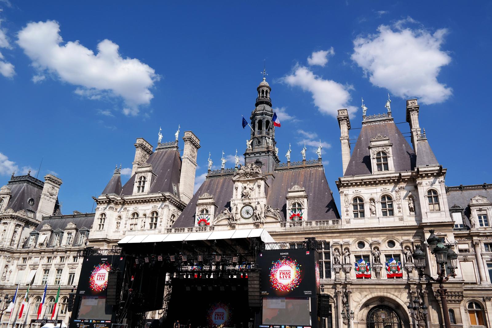 Scène-festival-fnaclive-2015-parvis-de-l-hotel-de-ville-paris-plages-été-summer-avec-ciel-bleu-live-concerts-gratuits-musique-photo-by-united-states-of-paris-blog