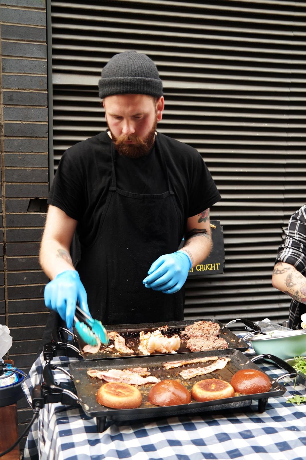 Street Fish LDN tuna steak burger cheese bacon and surf'n'turfl lobster brioche bun Maltby Street Market Ropewalk London Bermondsey marché gourmand Londres by usofparis blog
