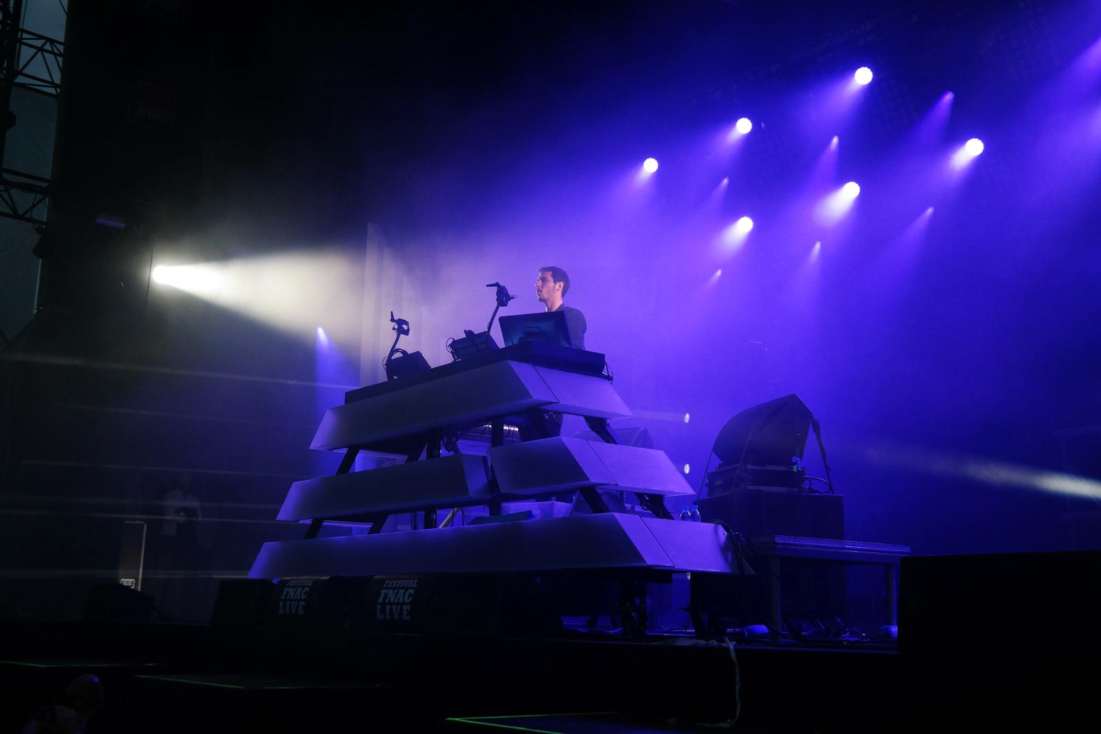The-Avener-fnaclive-2015-festival-concert-live-dj-set-Tristan-Casara-tournée-The-wanderings-of-the-avener-tour-blue-stage-photo-scène-by-united-states-of-paris-blog