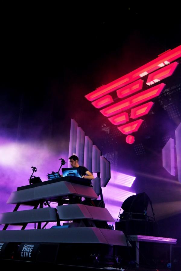 The-Avener-fnaclive-2015-festival-concert-live-dj-set-Tristan-Casara-tournée-The-wanderings-of-the-avener-tour-stage-lights-photo-scène-by-united-states-of-paris-blog