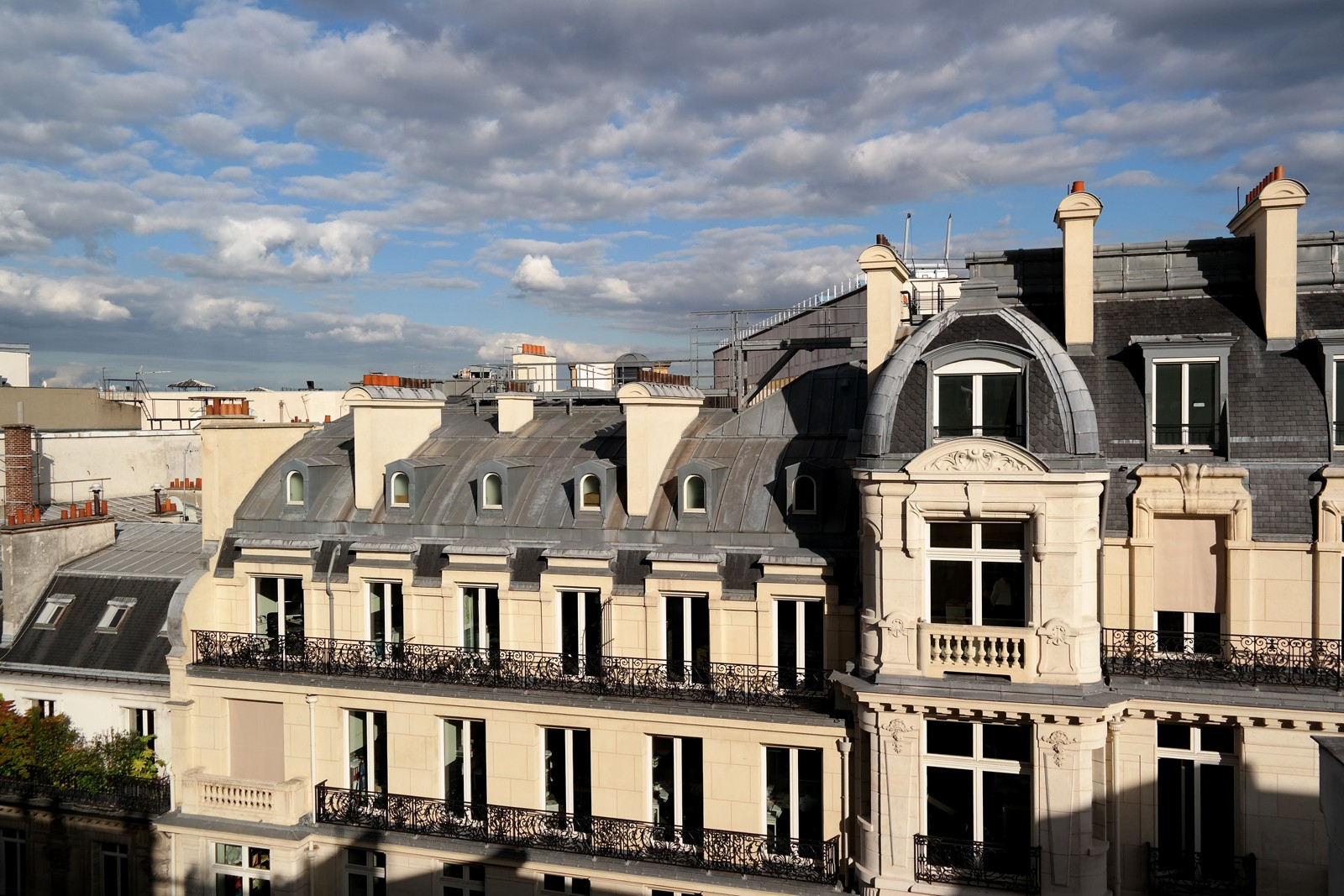 Vue-toits-de-paris-de-la-terrasse-penthouse-summer-rooftop-restaurant-le-W-hotel-warwick-champs-élysées-rue-du-berri-photo-by-united-states-of-paris-blog
