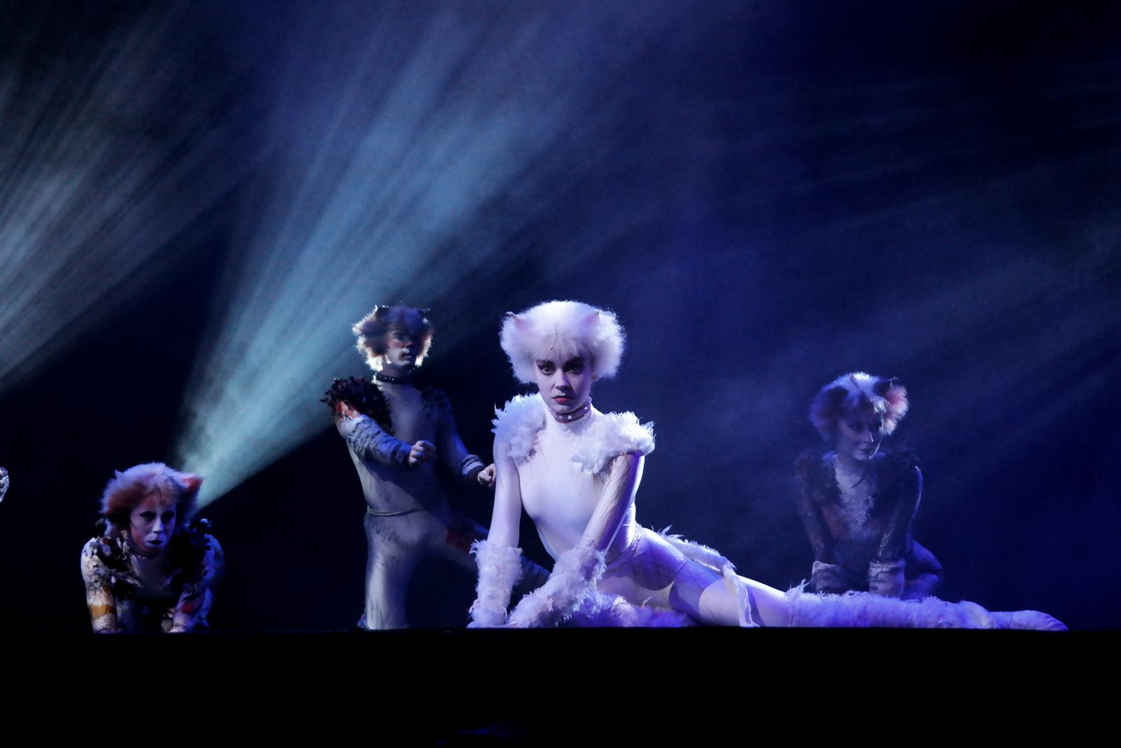 Cats le musical Théâtre Mogador comédie musicale culte avec la troupe made in London stage photo by United States of Paris blog