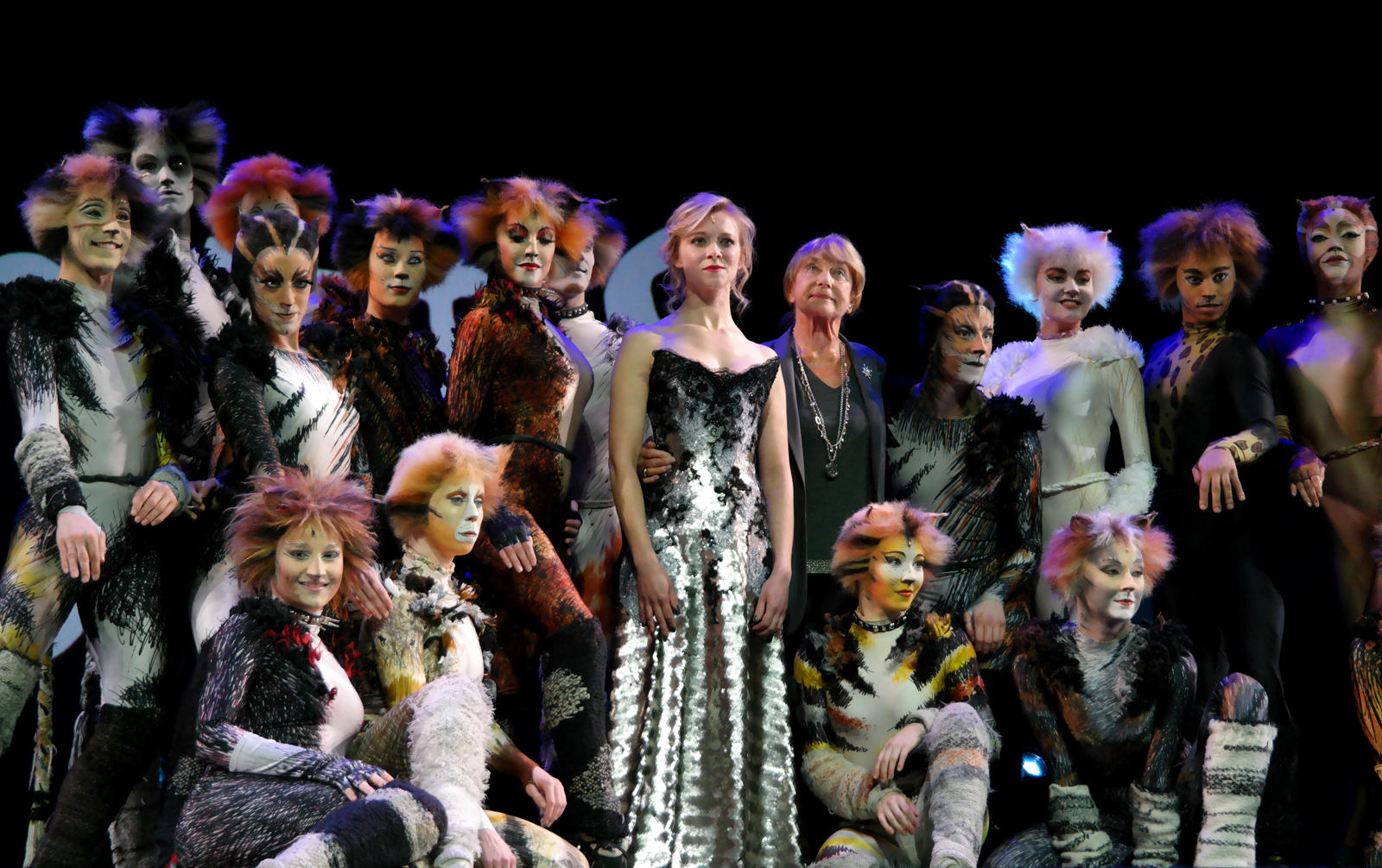 Prisca Demarez et la troupe anglaise de Cats le Musical Gillian Lynne chorégraphe Théâtre Mogador photo scène by united states of paris blog