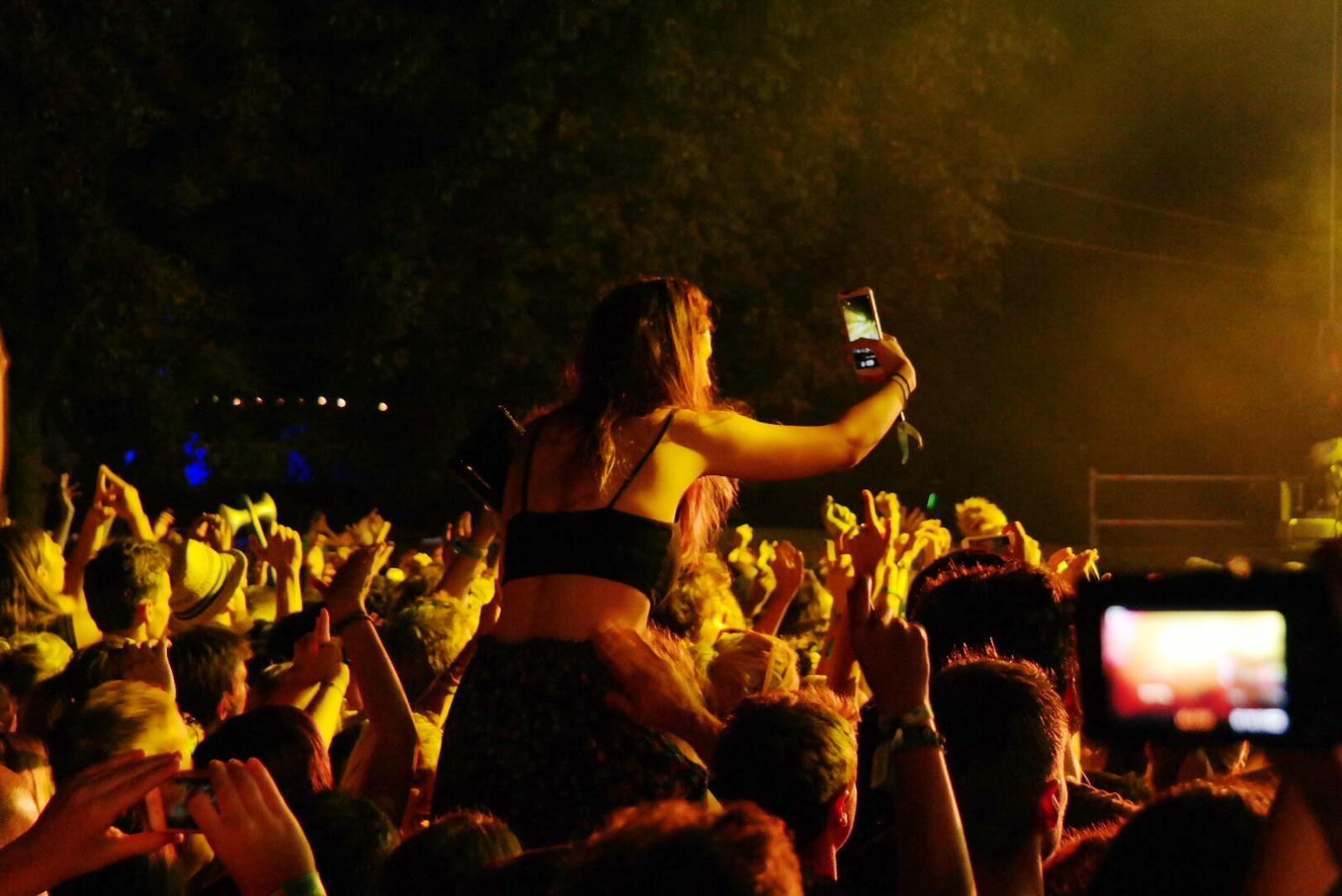 Selfie-dans-la-foule-à-Rock-en-Seine-2105-festival-concert-musique-groupe-Alt-J-photo-by-united-states-of-paris-blog