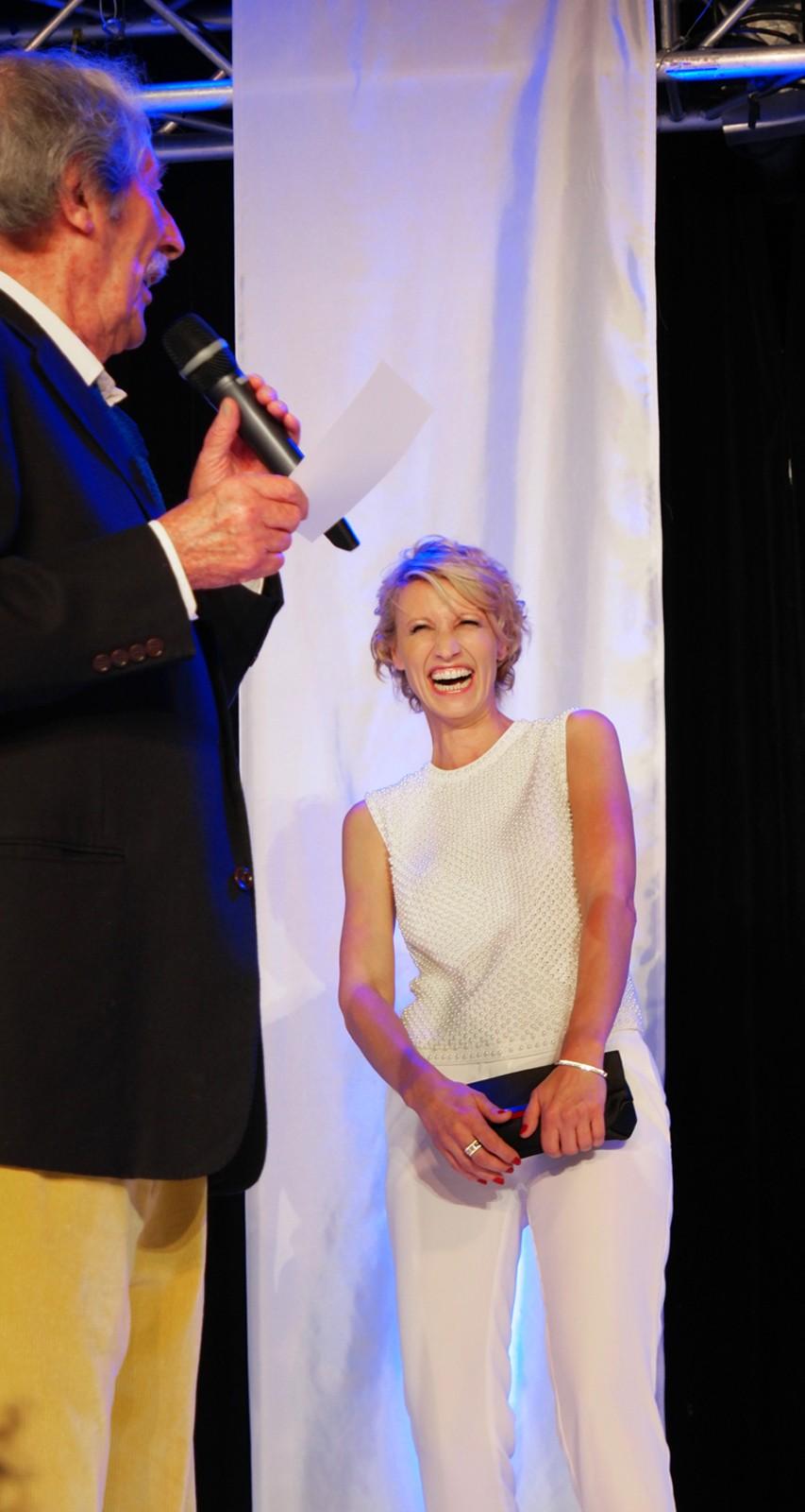 Alexandra Lamy hilare après une blague de Jean Rochefort président du jury du Festival du Film Britannique de Dinard 2015 soirée ouverture photo by usofparis