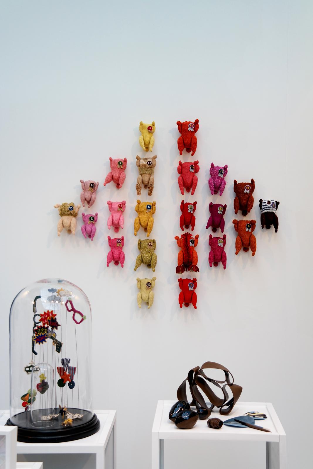 Petits poulets sur un mur par Sophie Dalla Rosa La Tricoterie art knit design stand salon Révélations 2015 grand palais paris métiers d art et création