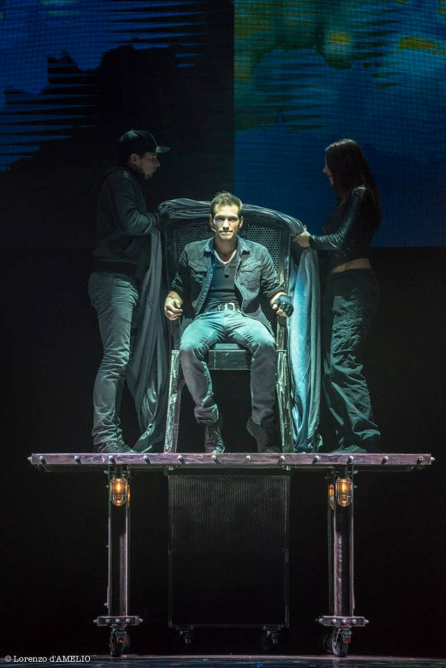 Enzo l'insaisissable sur scène magicien et illusionniste spectacle au Casino de Paris octobre et novembre 2015 numéro disparition