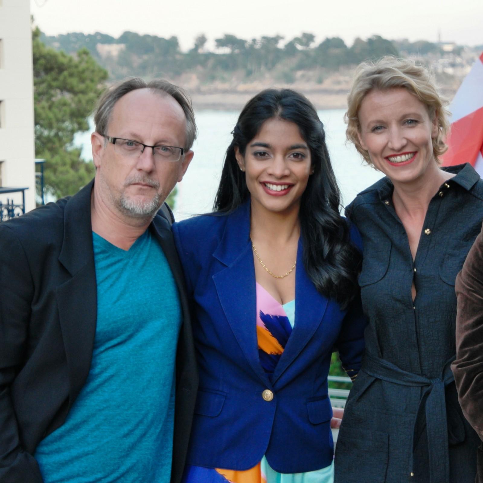 Le producteur Bertrand Faivre avec les comédiennes Amara Karan et Alexandra Lamy