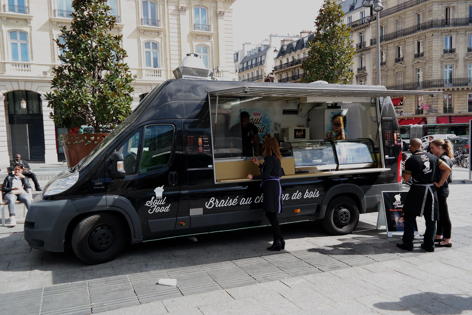 New Soul Food truck by Rudy Laine camion graffé pour cuisine afro-disiaque braisée au feu de bois photo united states of paris blog